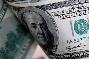 الدولار عند ذروة 3 شهور أمام اليورو وسط توقعات بتشديد مبكر للسياسة النقدية