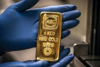 الذهب يهبط عن قمة شهر مع ارتفاع الدولار والعوائد الأمريكية