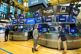 الأسهم الأمريكية تبلغ مستويات غير مسبوقة بدعم بيانات وظائف قوية في يونيو