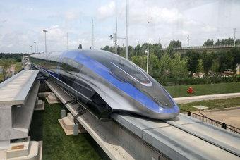 أول قطار مغناطيسي في العالم يغادر خط التجميع في شرق الصين