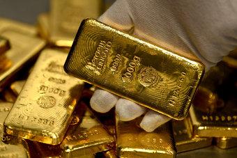 مكاسب الدولار تلقي بظلالها على أسعار الذهب