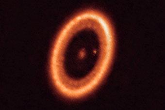علماء فلك يرصدون للمرة الأولى بوضوح أسطوانة حول كوكب خارجي مؤاتية لتشكل أقمار