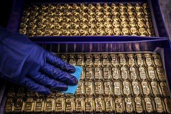 الذهب يرتفع بفعل تراجع الدولار والأسهم قبيل قرار مجلس الاحتياطي