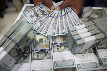الدولار يرتفع وأنظار المستثمرين على قرار مجلس الاحتياطي