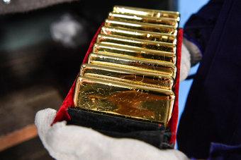 صعود الدولار يوقف مكاسب الذهب بعد تصريحات رئيس مجلس الاحتياطي