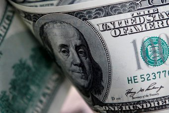 الدولار يهبط مع ارتفاع اليورو في ظل اضطراب العملات عالية المخاطر