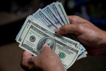 الدولار يرتفع أمام 6 عملات مع تنامي الرهان على خفض التحفيز