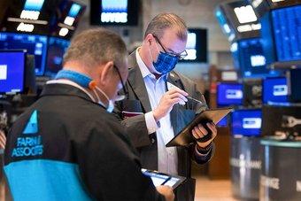 المستثمرون يضخون 13.3 مليار دولار في صناديق السندات ويتمسكون بالأسهم