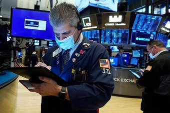 الأسهم الأمريكية تنتعش وتسجل إغلاقا قياسيا مع تهدئة باول لمخاوف التحفيز