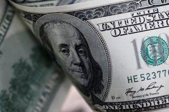 الدولار يتراجع بفعل العزوف عن المخاطرة