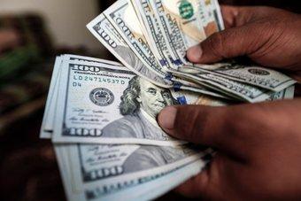 عملات المخاطرة تحد من مكاسب الدولار بعد محادثات صينية أمريكية