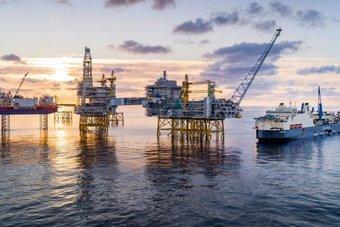 """النفط يرتفع بدعم شح الإمدادات الأمريكية .. """"برنت"""" عند 72.6 دولارا"""