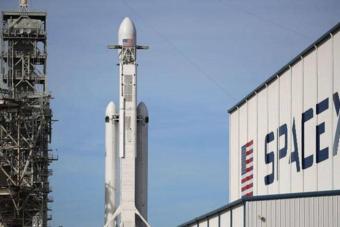 """""""سبيس إكس"""" تستعد لإطلاق أول رحلة إلى الفضاء طاقمها بالكامل من المدنيين"""