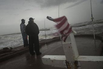 """العاصفة """"نيكولاس"""" تشتد إلى إعصار مع اقترابها من هيوستن"""