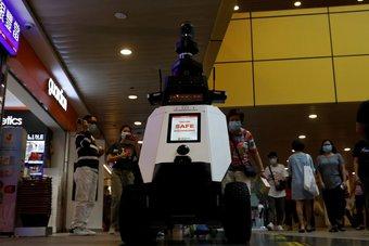 في سنغافورة .. روبوتات تجوب الشوارع لرصد السلوكيات السلبية