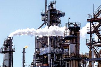 النفط يتخلى عن بعض مكاسبه ويتراجع إلى 75.34 دولارا للبرميل