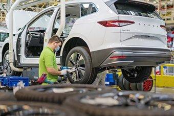 """نقص أشباه الموصلات يعطل إنتاج 100 ألف سيارة لـ """"سكودا"""" ويعلق العمل في مصنعين"""