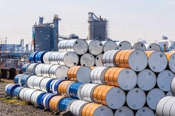 النفط يستقر فوق 75 دولارا بعد عودة بطيئة للإمدادات الأمريكية