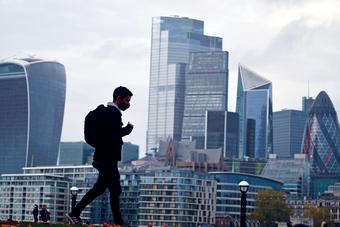 بريطانيا تواجه أكبر ركود اقتصادي منذ 3 قرون .. وتفقد 200 ألف من مواطني الاتحاد الأوروبي