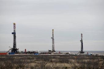النفط يرتفع قليلا وسط قلق المستثمرين بشأن الطلب العالمي