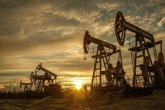 """النفط يرتفع بفعل انخفاض المخزونات الأمريكية .. """"برنت""""عند 75.3 دولارا"""