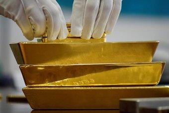 الذهب يهبط 1% بفعل زيادة عوائد السندات ومخاوف من رفع مبكر للفائدة