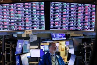 الأسهم الأمريكية تغلق على زيادة طفيفة بعد أسبوع متقلب