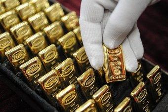 الذهب يتراجع بفعل صعود الدولار وتوقعات بتخفيف التحفيز الأمريكي
