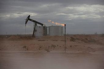 """تقرير الوظائف الأمريكية يضغط على النفط .. """"برنت"""" يتراجع إلى 72.6 دولارا"""