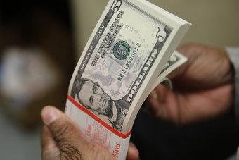 الدولار يتلقى الدعم مع ترقب المستثمرين لاجتماع المركزي الأوروبي
