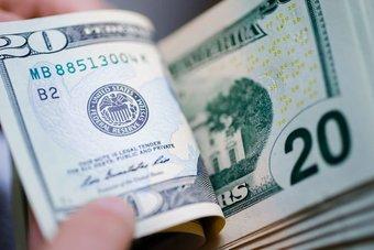 الدولار عند أعلى مستوى في أسبوع بدعم العائد على السندات الأمريكية