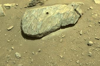"""مركبة الفضاء """"بيرسيفيرانس"""" تجمع أول عينة من صخور المريخ"""