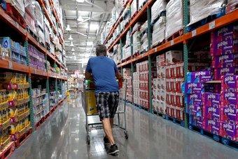 إنفاق المستهلكين الأمريكيين يفوق التوقعات في أغسطس والتضخم يرتفع