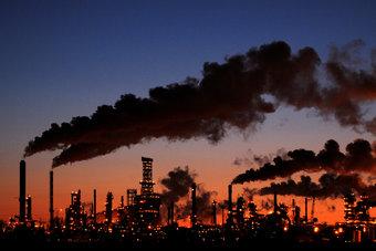 """النفط يرتفع أكثر من 2%.. """"برنت"""" عند 84 دولارا و""""الأمريكي"""" 82 دولارا"""