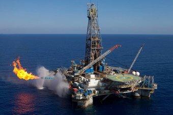 """أزمة الطاقة مشتعلة حول العالم .. برنت """"بديل الغاز"""" يتجاوز 84 دولارا للبرميل"""