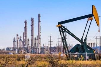 النفط يغلق مرتفعا 1.5% بدعم من تعاف متزايد للطلب العالمي
