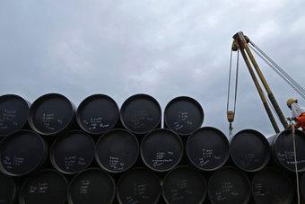 النفط يتراجع بعد مخاوف من أن يحد التضخم من نمو الطلب