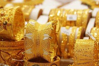 هنود يقايضون الذهب بتأمين لقمة العيش