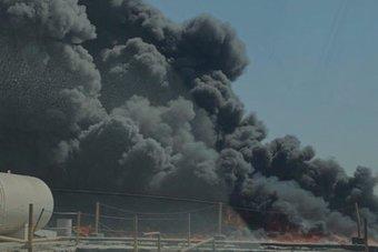 دبي : حريق في  جبل علي  بسبب مخلفات زيوت