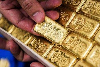 أسعار الذهب تتراجع مع معادلة مخاوف التضخم لأثر قوة الدولار
