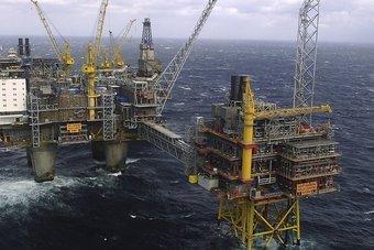 """النفط يواصل المكاسب .. """"برنت"""" يتجاوز 83 دولارا وأعلى مستوى للأمريكي منذ 2014"""