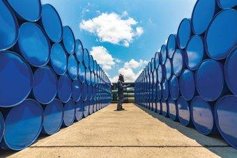 النفط ينخفض بعد زيادة غير متوقعة في المخزونات الأمريكية