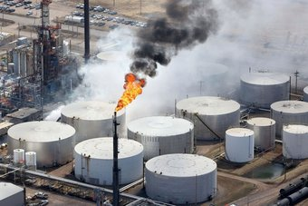 النفط يرتفع 4% في أسبوع مع عدم وجود مؤشرات على انفراجة في أزمة الطاقة